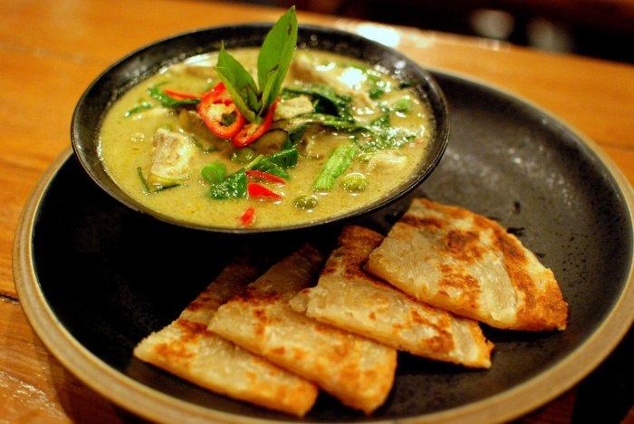 Thai_green_chicken_curry_and_roti.jpg