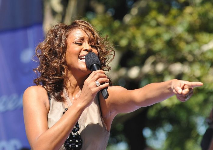 1280px-flickr_whitney_houston_performing_on_gma_2009_6